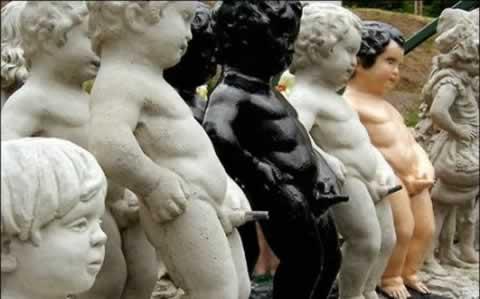 Peeing-statue
